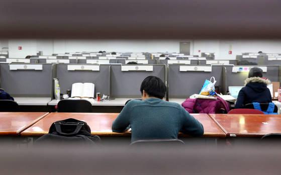 대학 도서관에서 공부 중인 취업준비생. [중앙포토]