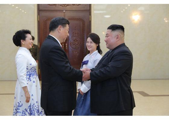 김정은 북한 국무위원장과 이례적으로 한복을 입은 이설주 여사가 20일 시진핑 중국 국가주석 내외를 맞이하고 있다. [사진 노동신문]