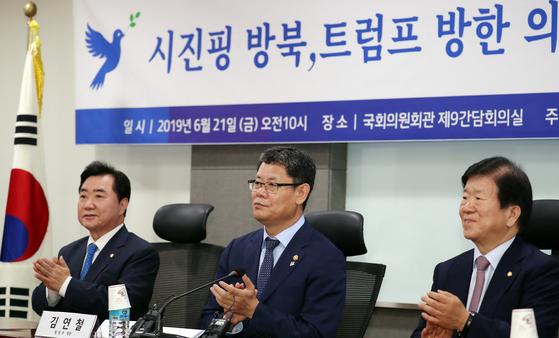 '축사 장관' 비난에도 간담회,특강 나선 김연철 통일장관