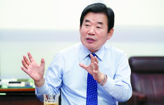 더불어민주당의 대표적인 경제통인 김진표 의원이 금융혁신을 통해 기술벤처 창업을 독려하는 책을 냈다. [변선구 기자]
