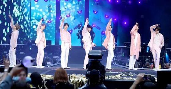 그룹 방탄소년단(BTS)이 1일 영국 런던 웸블리 스타디움에서 열린 '러브 유어셀프: 스피크 유어셀프'(LOVE YOURSELF: SPEAK YOURSELF) 스타디움 유럽투어에서 공연을 하고 있다. [빅히트엔터테인먼트 제공]