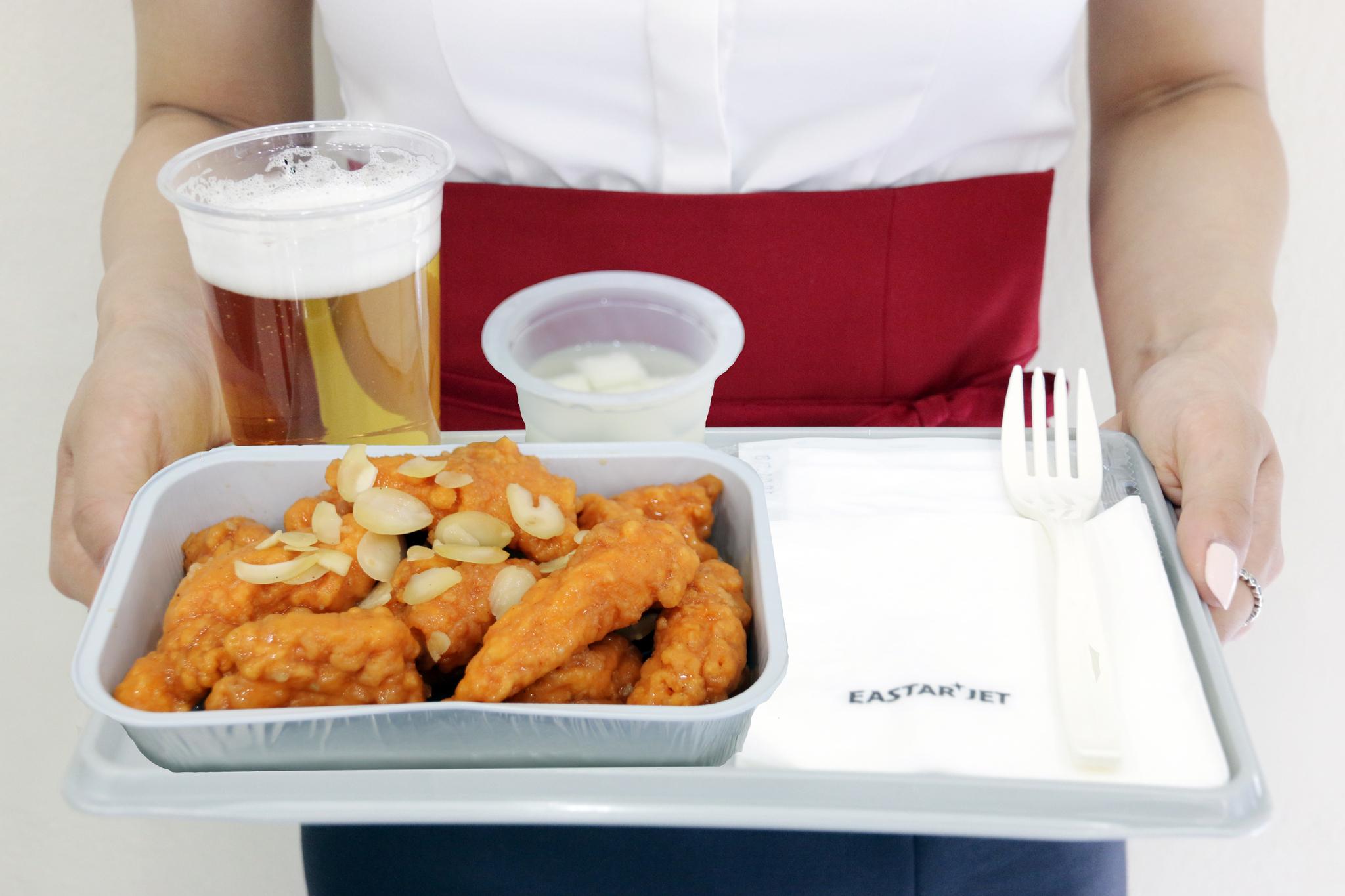 요즘 저비용항공에서는 별의별 음식을 맛볼 수 있다. 치맥부터 떡볶이·크림파스타까지, 국내 저비용항공사는 20개 이상의 메뉴를 갖췄다. 사진은 이스타항공의 BBQ 치킨 강정. [사진 이스타항공]
