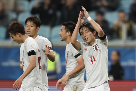 일본의 미요시 고지가 21일 열린 코파 아메리카 C조 조별리그 2차전에서 팀의 두 번째 골을 넣은 뒤 박수를 치고 있다. [AP=연합뉴스]
