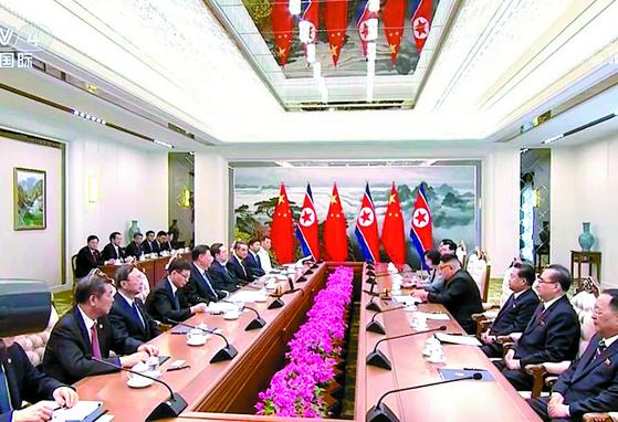 김정은 북한 국무위원장(오른쪽 넷째)과 시진핑 중국 국가주석(왼쪽 넷째)이 20일 평양에서 북·중 정상회담을 하고 있다. [연합뉴스]