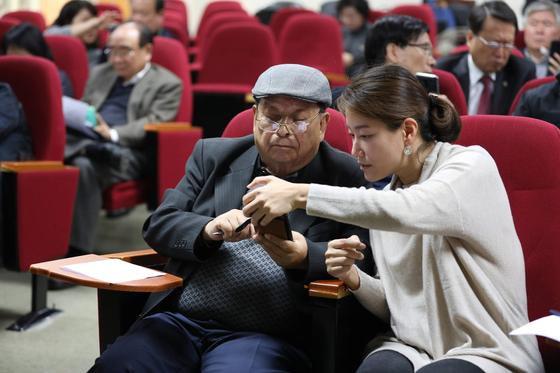 지난달 서울자유시민대학 수강생(왼쪽)이 스마트폰 활용교육을 받고 있다. [사진 서울시]