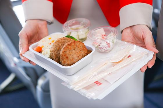 저비용항공사 사이에서 기내식 경쟁이 뜨겁다. 한국 국적 6개 항공사가 모두 파는 '불고기 덮밥' 외에도 떡볶이, 치맥, 크림파스타 같은 음식도 판다. 대형 항공사보다 훨씬 메뉴가 화려하다. [사진 티웨이항공]