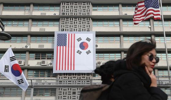 3·1절 100주년을 하루 앞둔 2월 28일 서울 종로구 주한 미국대사관에 태극기와 성조기가 함께 내걸렸다.