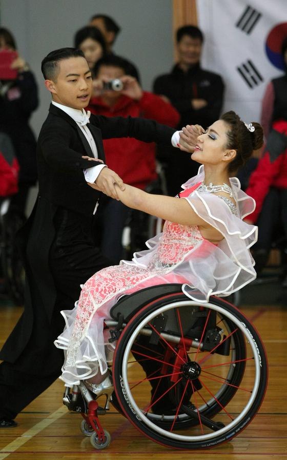 2012년 대구 달구벌종합스포츠센터에서 제6회 대구-북경 국제장애인체육교류전이 열렸다. 사진은 참가 선수들이 댄스스포츠를 선보이는 모습. 신체적 장애를 가진 사람이 춤을 출 수 없다고 생각하는 것은 편견이다. [중앙포토]