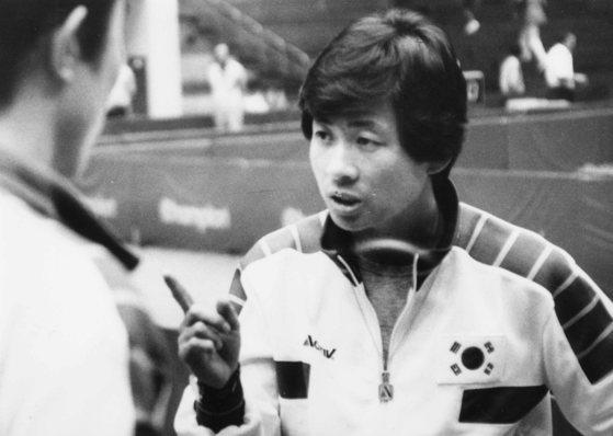 1986년 서울 아시안게임 당시 선수들을 지휘하는 강문수 감독. [중앙포토]