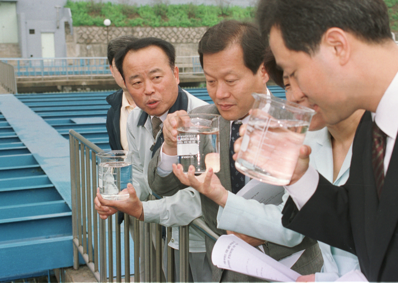 국회 환경노동위 소속의원들과 환경운동연합 관계자들이 2001년 5월 서울 한남동 보광정수장을 방문해 수돗물 바이러스 오염실태 파악을 위해 현장조사를 하고 있다. [중앙포토]