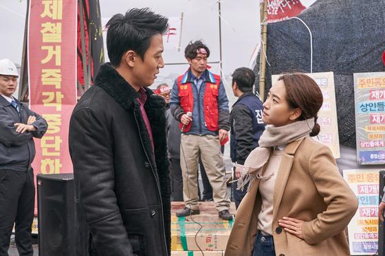 영화 '롱 리브 더 킹'에서 목포 건달 세출과 변호사 소현의 첫만남. [사진 메가박스중앙 플러스엠]