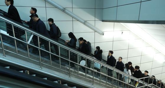 출근 시간 직장인들의 모습. 대부분의 대한민국 직장인들은 차근차근 '승진 계단'을 밟으며 회사 생활을 하게 된다. 김명섭(57) 씨는 쉼 없이 달려오다 지난해 퇴직했다. 그동안 고생했으니 좀 쉬기로 했지만, 쉬는 것도 돈이 들고 그렇다 보니 아내 눈치를 보게 됐다. [중앙포토]