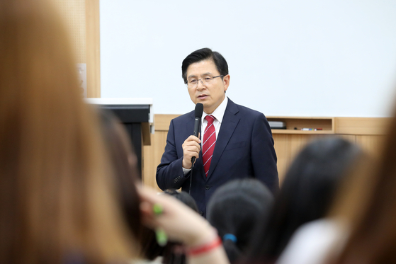 황교안 자유한국당 대표가 20일 오후 서울 용산구 숙명여자대학교에서 '대한민국 청년들의 미래와 꿈'을 주제로 학생들과 대화하고 있다. [뉴스1]