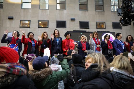 지난 3월 8일 세계 여성의 날을 맞아 미국 여성 우주공학자들이 NBC 방송에 출연하가 위해 모였다. 미 노동부는 미국 직장 여성들이 같은 처지의 남성보다 일터와 가정에서 더 많은 시간을 일에 할애한다고 발표했다. [로이터=연합뉴스]