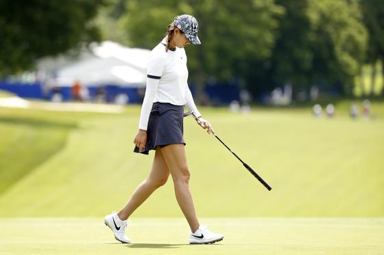 미셸 위가 여자 PGA 챔피언십 1라운드 중 고개를 숙이고 걷고 있다. [AP]
