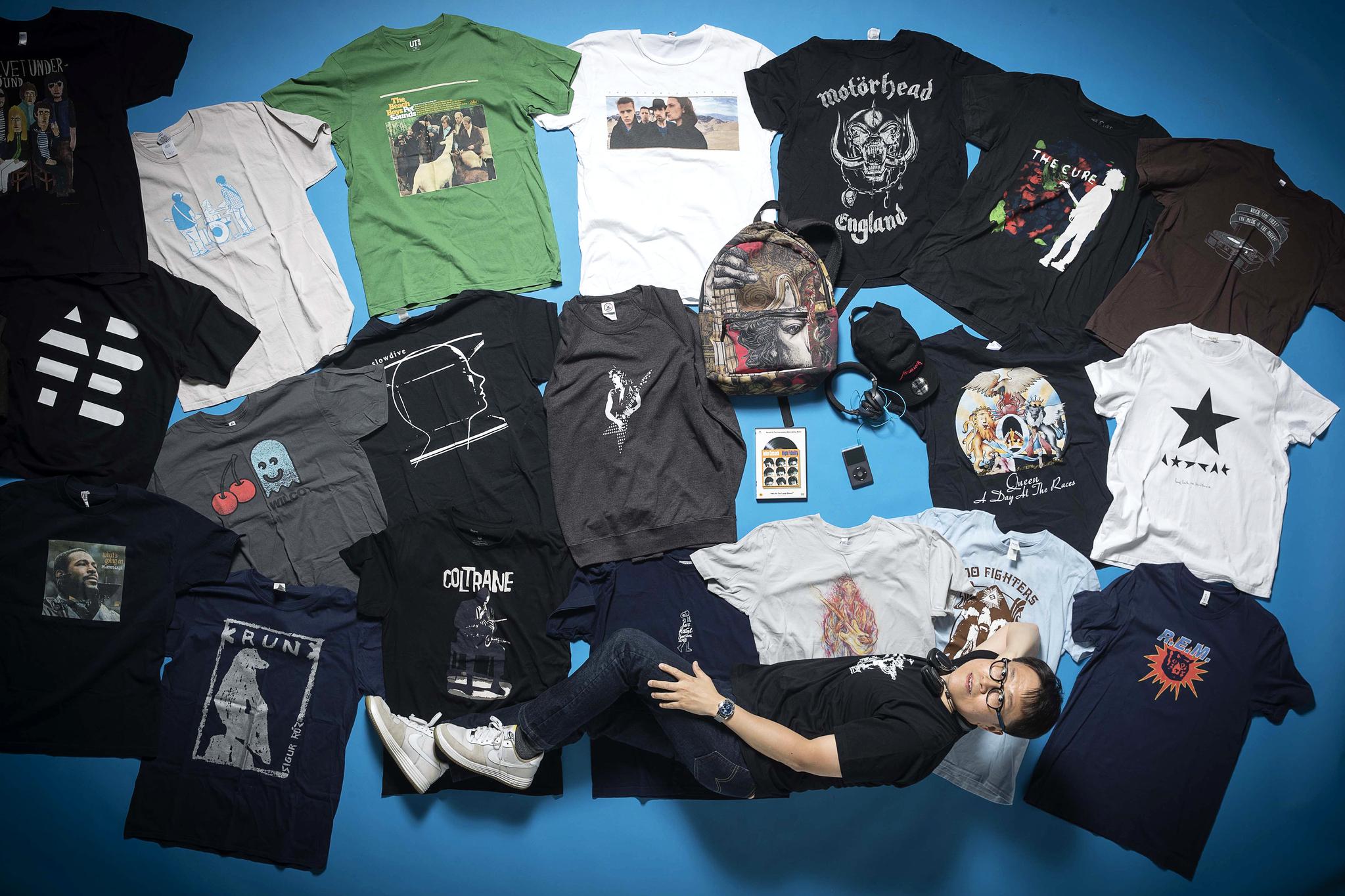 백영훈씨가 300여벌의 뮤직티셔츠들 중에서 가장 아끼는 것들만 골라 촬영에 임했다. 장진영 기자