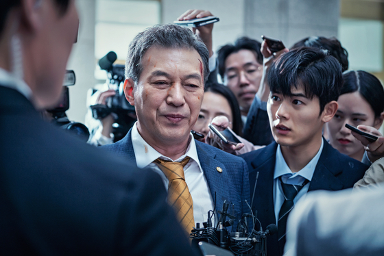 극 중 대한당 원내대표이자 4선 의원을 맡은 김갑수. 무능하고 탐욕스러운 정치인의 모습을 적나라하게 보여준다. [사진 스튜디오앤뉴]