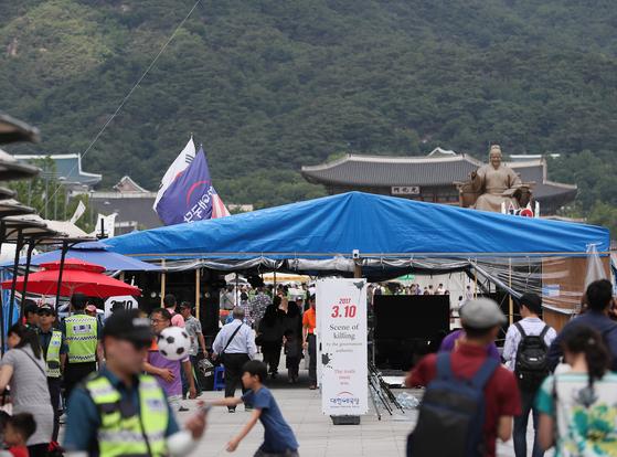 한 달 넘게 설치된 대한애국당의 천막은 시간이 지날수록 규모가 커지고 있다. 16일 오후 서울 광화문광장에 대한애국당의 천막이 설치돼 있다. [연합뉴스]