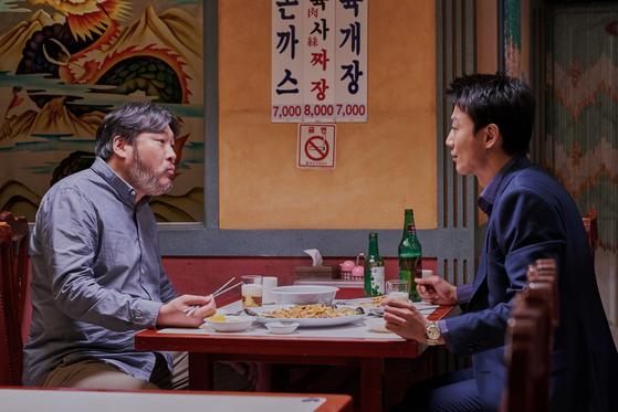 배우 최무성(왼쪽)도 이번 영화에서 강윤성 감독과 처음 만났다. 목포에서 자선을 베풀며 세출(오른쪽)의 멘토 역할을 하는 조폭 출신 정치가 역할을 맡았다. [사진 메가박스중앙 플러스엠]