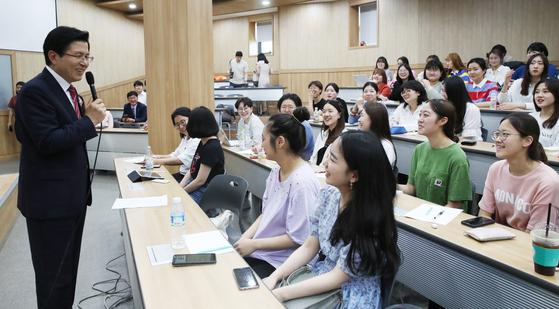 황교안 자유한국당 대표가 20일 오후 숙명여대를 방문, 학생들에게 특강을 하고 있다. [연합뉴스]