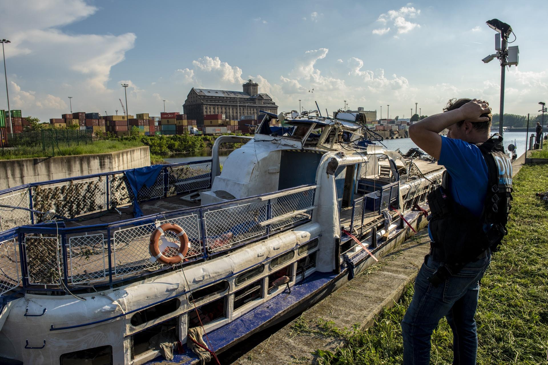 지난 11일 헝가리 다뷰느강에서 인양된 유람선 허블레아니호가 정밀조사를 위해 정박되어 있다. [사진 헝가리 경찰=연합뉴스]