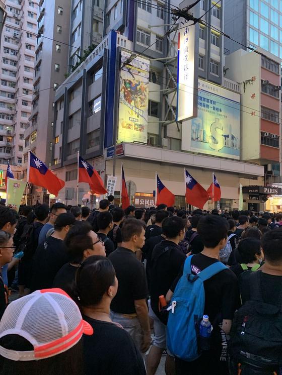 홍콩에서 벌어진 시위에 등장한 대만 깃발. [홍콩=신경진 특파원]