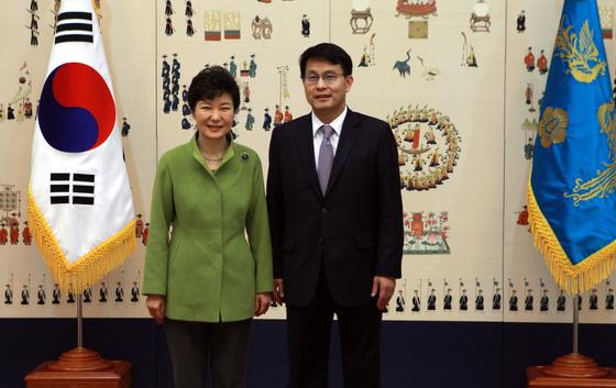 박근혜 전 대통령이 2015년 윤상현 의원을 정무특보로 임명했다. [청와대사진기자단]