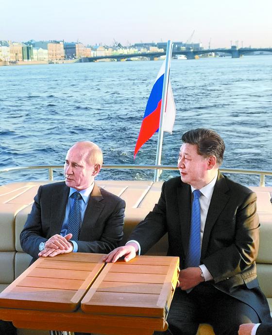 미중 무역전쟁 협력을 얻기 위해 러시아를 방문한 시진핑 중국 국가주석(오른쪽)이 지난 6일 블라디미르 푸틴 러시아 대통령과 함께 그의 고향인 상트페테르부르크의 네바 강에서 배를 타고 있다. 푸틴은 미중 무역전쟁에 개입할 필요가 없다는 입장이다. [신화=연합뉴스]