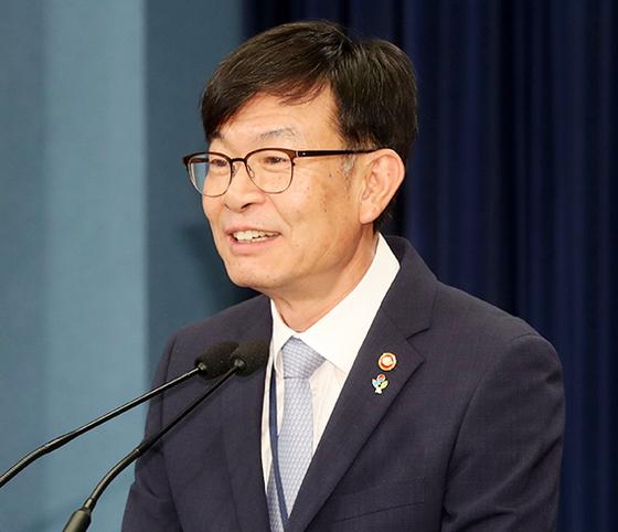 김상조 신임 청와대 정책실장이 21일 청와대 춘추관에서 취임 인사를 하고 있다. [청와대사진기자단]