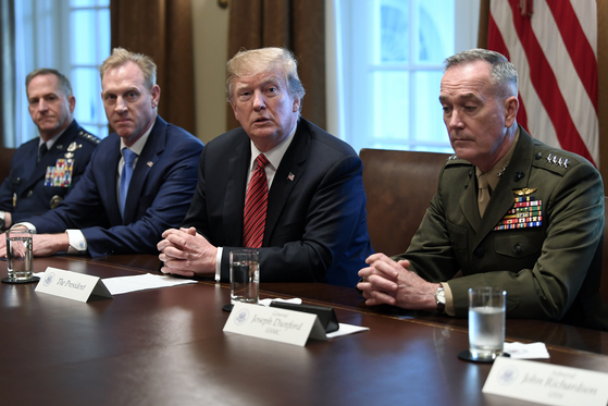 도널드 트럼프 미국 대통령이 4월 3일 백악관에서 군 지도부와 회의 모습. 조지프 던포드 합참의장(오른쪽)은 트럼프 행정부 출범 이후 국가안보회의(NSC) 주요 멤버 가운데 경질되지 않은 거의 유일한 인사다.[AP=연합뉴스]