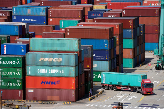 지난 4월 중국 상하이 항구에 적재돼 있는 수출용 컨테이너 [로이터=연합뉴스]