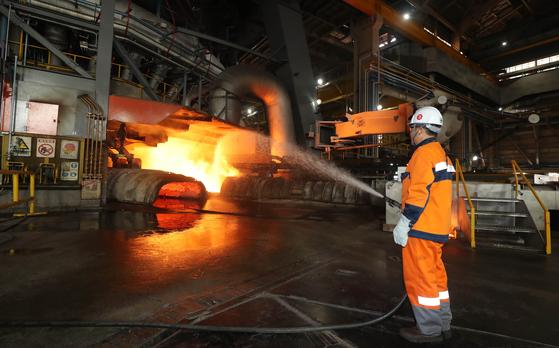 포스코 광양제철소 제5고로에서 한 근로자가 뜨거운 쇳물 곁에서 작업을 하고 있다. [연합뉴스]