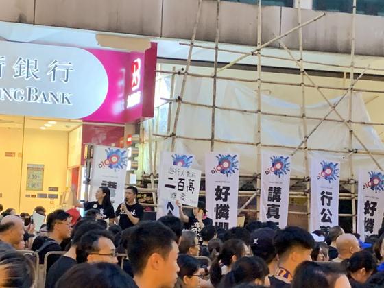 지난 16일 200만 명의 시민이 참가한 가운데 벌어진 홍콩 시위. 200만 가자는 구호가 보인다. [홍콩=신경진 특파원]