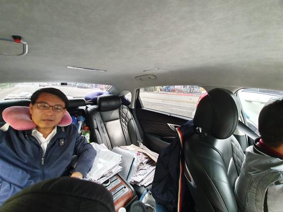 19일 오전 이동을 위해 차량에 탑승한 윤상현 의원 옆좌석에 자료가 쌓여있다. 한영익 기자