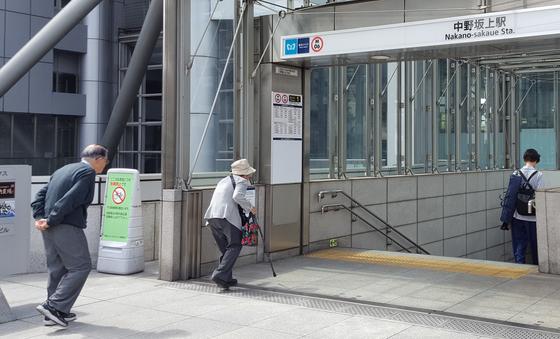지하철 타러 가는 일본 노인들. [연합뉴스]