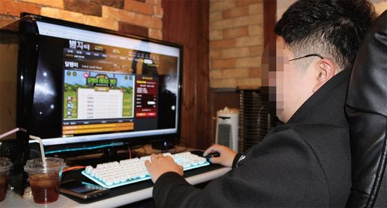 한 청소년이 PC방에서 온라인 도박을 하고 있다.