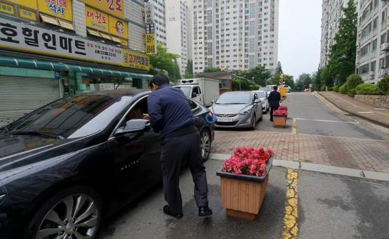윤상현 국회 외통위원장이 19일 오전 인천 용현동의 한 아파트단지에서 의정보고서를 나눠주고 있다. 한영익 기자
