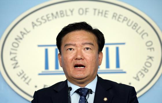 민경욱 자유한국당 대변인이 11일 서울 여의도 국회 정론관에서 현안 브리핑을 하고 있다. [뉴스1]
