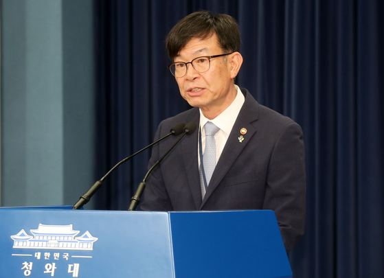 김상조 신임 청와대 정책실장이 지난 21일 청와대 춘추관에서 취임 인사를 하고 있다. [청와대사진기자단]
