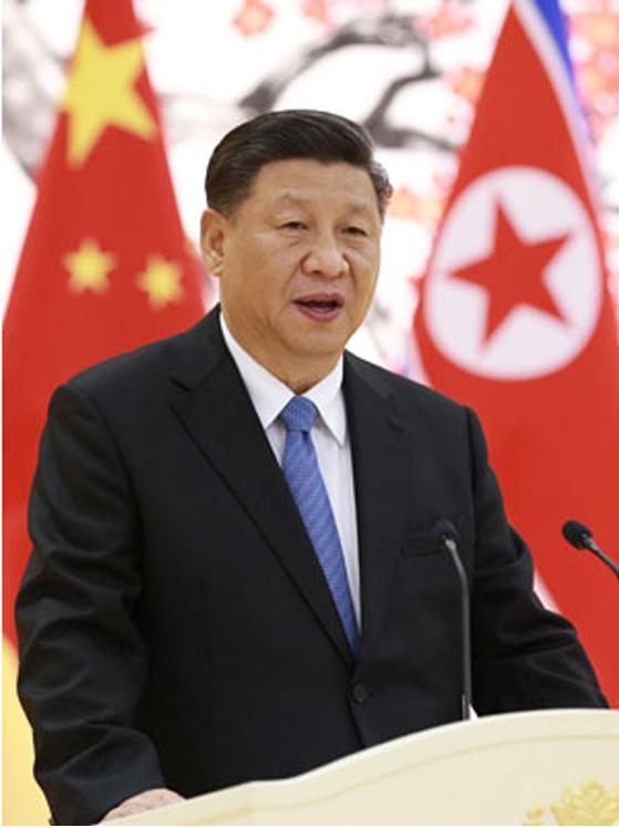 북한을 방문한 시진핑 중국 국가주석이 평양에서 연설하고 있다. 노동신문에 실린 사진이다. 시 주석의 평양 방문으로 홍콩으로 쏠린 세계의 눈이 분산됐다. [뉴시스】