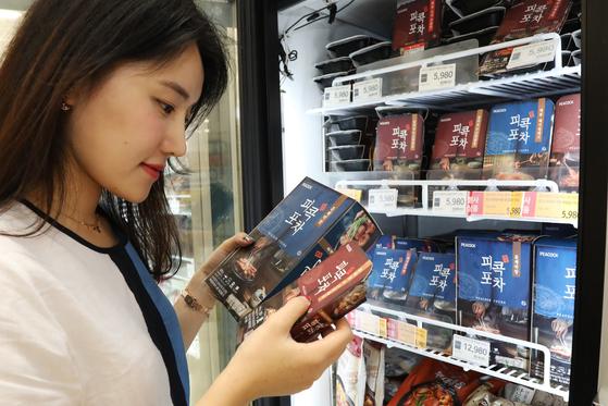 한 고객이 피콕포차 제품을 고르고 있는 모습. [사진 이마트]