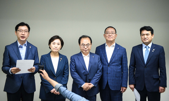 영남권 신공항 관련 합의문을 발표하는 김현미 국토부 장관(왼쪽에서 두번째)과 부울경 단체장. [사진 부산시]