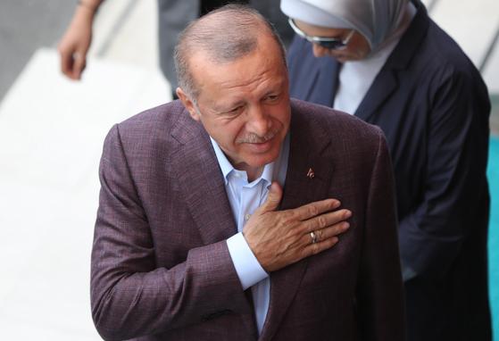 23일 이스탄불 시장 재선거 투표에 참여해 예를 표하고 있는 에르도안 터키 대통령. [EPA=연합뉴스]