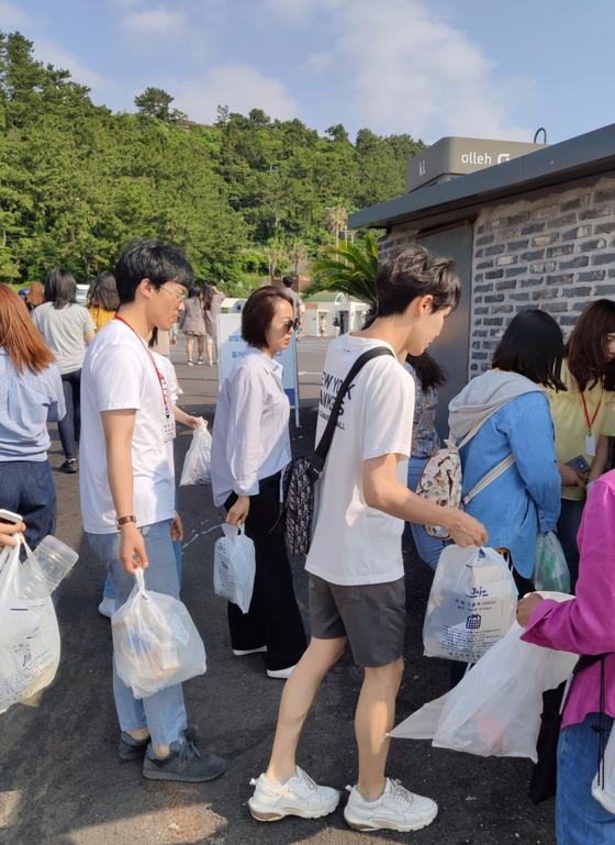 환경정화 봉사활동하고 있는 중국인 대학원생.