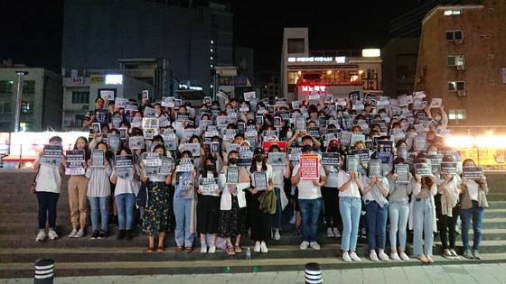 11일 홍대입구역에서 열린 첫 집회에 150여명의 홍콩인들이 참여한 모습. [카렌 장 제공]