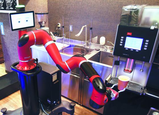 일본 도쿄의 한 카페에 도입된 바리스타 로봇 소여(Sawyer). 소여는 커피를 내리고 서빙하는 인력을 줄일 수 있다. [도쿄 AP=연합뉴스]