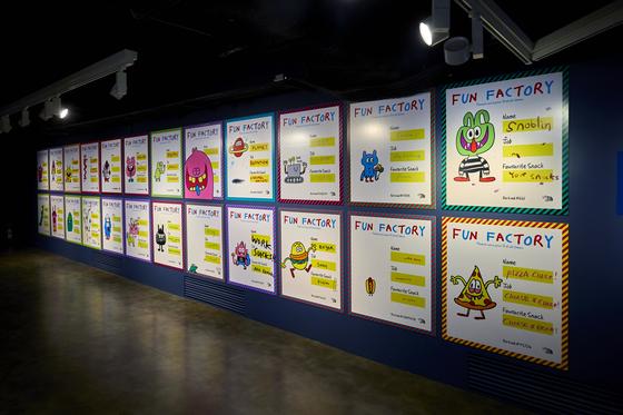 벽에 걸린 사원증은 2010년부터 2019년까지 존 버거맨이 작업한 캐릭터를 소개하고 있다. 전시 곳곳에서 이 캐릭터들을 만날 수 있다.