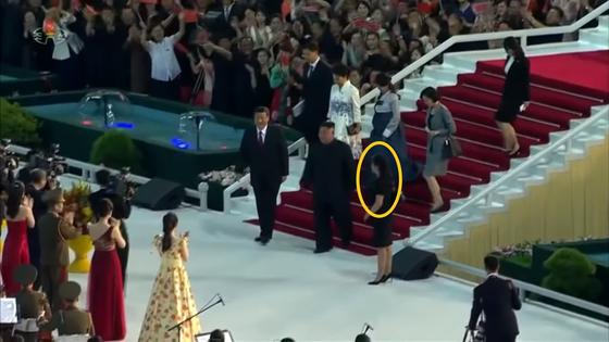 현송월(원 안) 당 선전선동부 부부장이 지난 20일 김정은 북한 국무위원장과 방북중인 시진핑 중국 국가주석의 대집단체조와 예술공연 관람 뒤 안내하고 있다. [조선중앙TV 캡처]