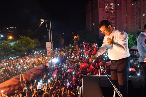 23일 이스탄불 시장에 당선된 공화인민당 에크렘 이마모을루 후보가 지지자들에게 인사를 하고 있다. [EPA=연합뉴스]