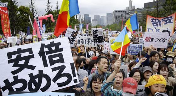 사학스캔들을 둘러싼 재무성의 문서 조작 및 아베 총리 측근의 가케 학원 수의학부 신설 특혜 연루 의혹에 항의하고 있는 일본 시민들. [연합뉴스]